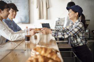 カフェの店員と客