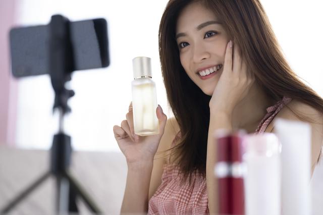 動画を撮影する女性