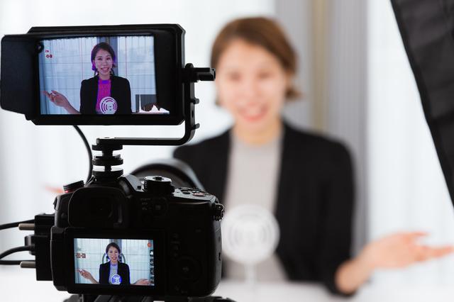 映像を撮影する女性